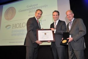Il Professor Jan Danser, a sinistra nella foto, consegna il Premio Galeno 2016 (edizione olandese).